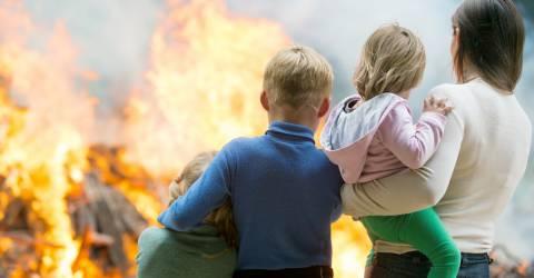 Gezin kijkt toe bij brand